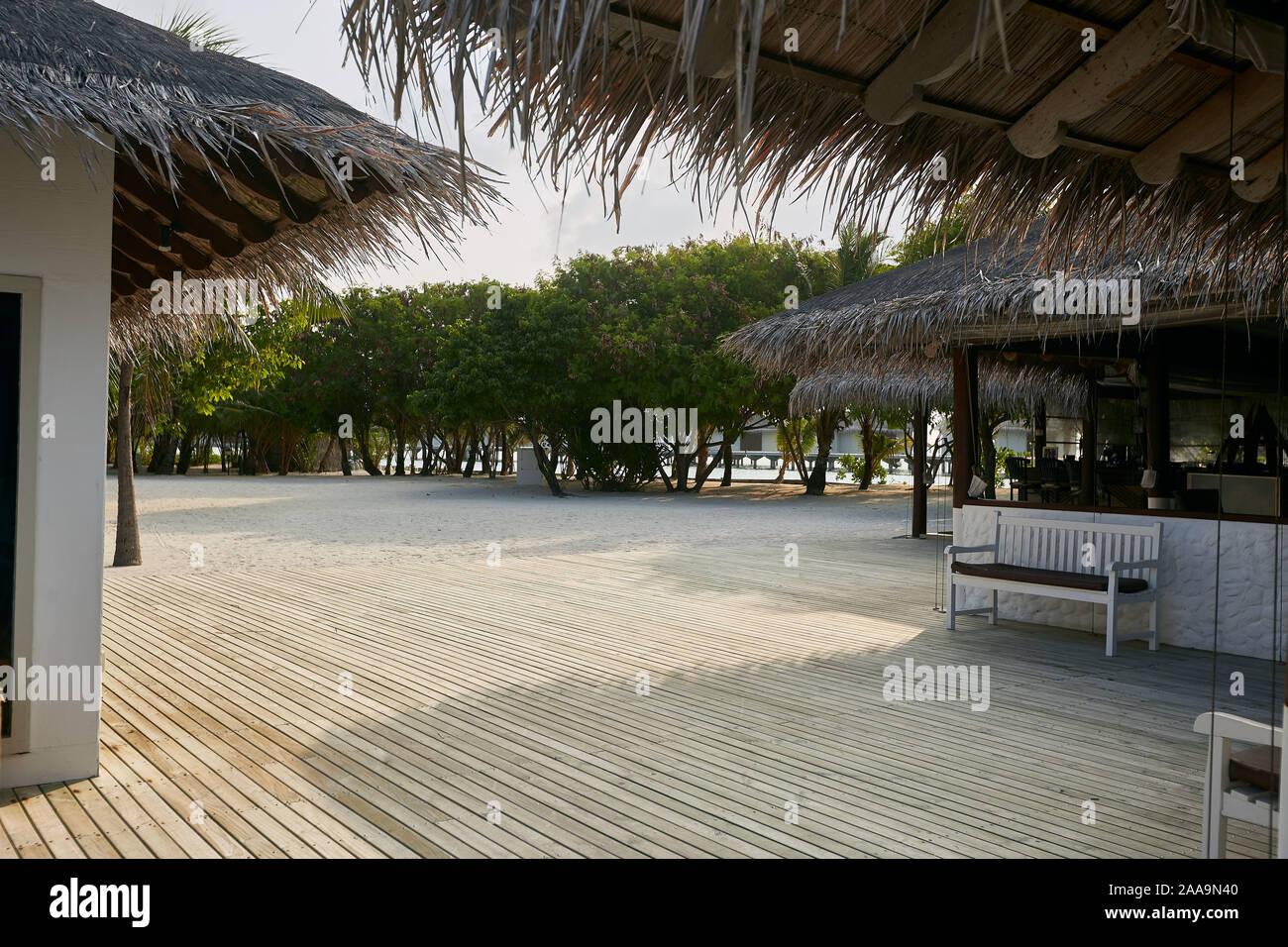 Gran Terraza Con Piso De Madera Natural En Una Isla Tropical