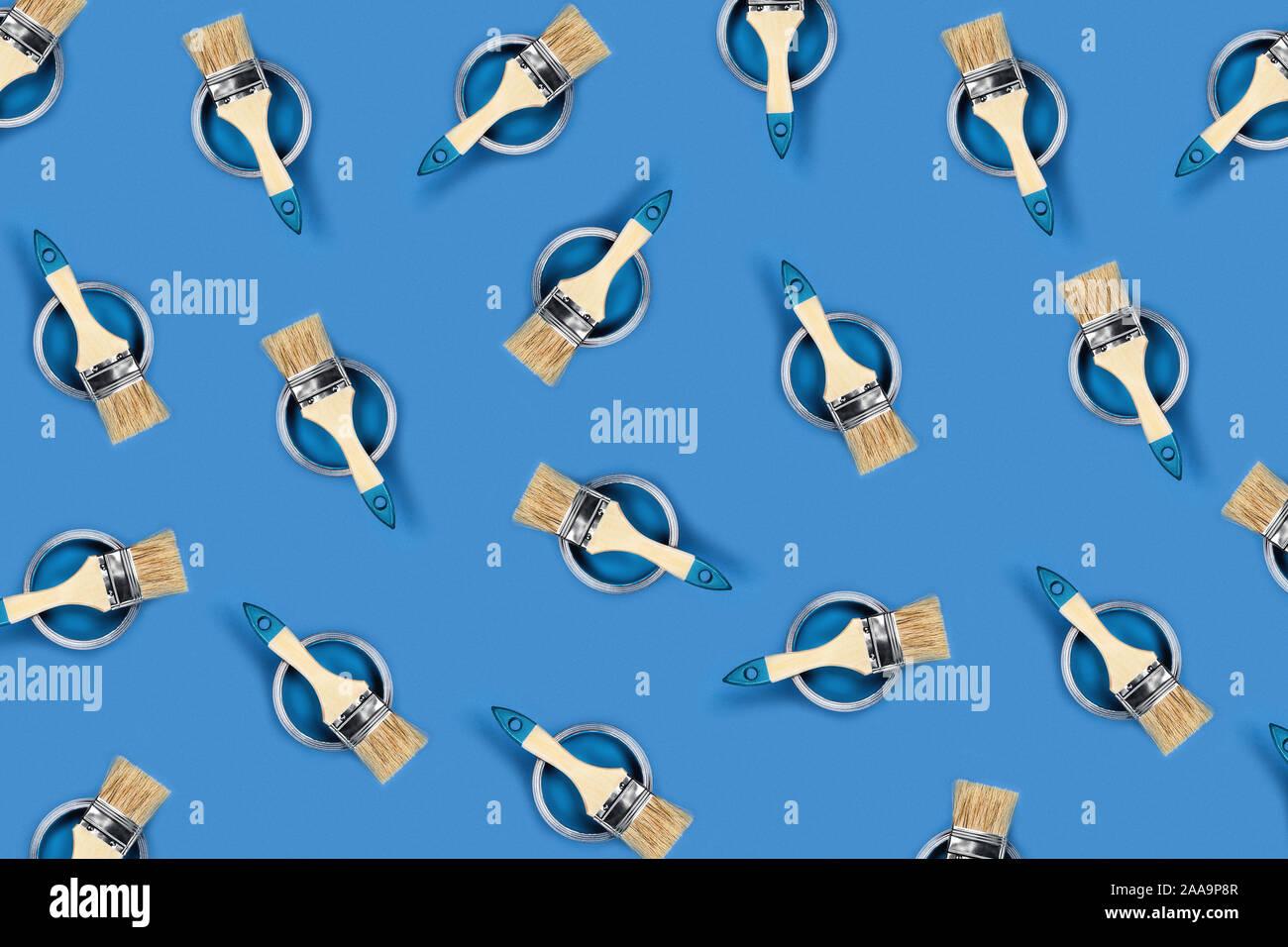 Concepto de renovación. Patrón con fondo azul con botes de pintura y pinceles de color. Sentar planas, vista superior. Foto de stock