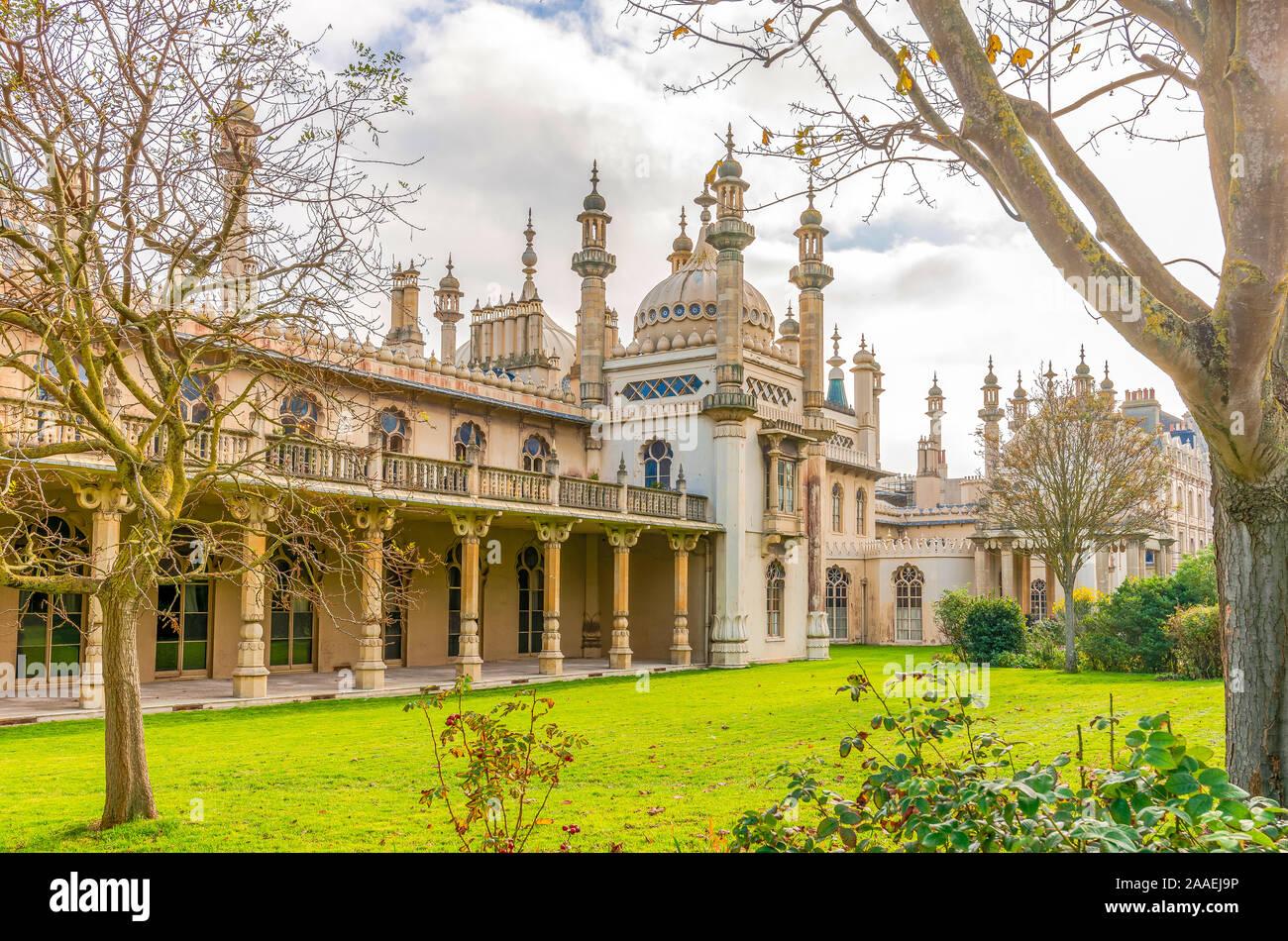 Aspecto trasero de la famosa Royal Pavilion en Brighton. La arquitectura de estilo Indio con un jardín en la parte delantera y un cielo nublado. Foto de stock