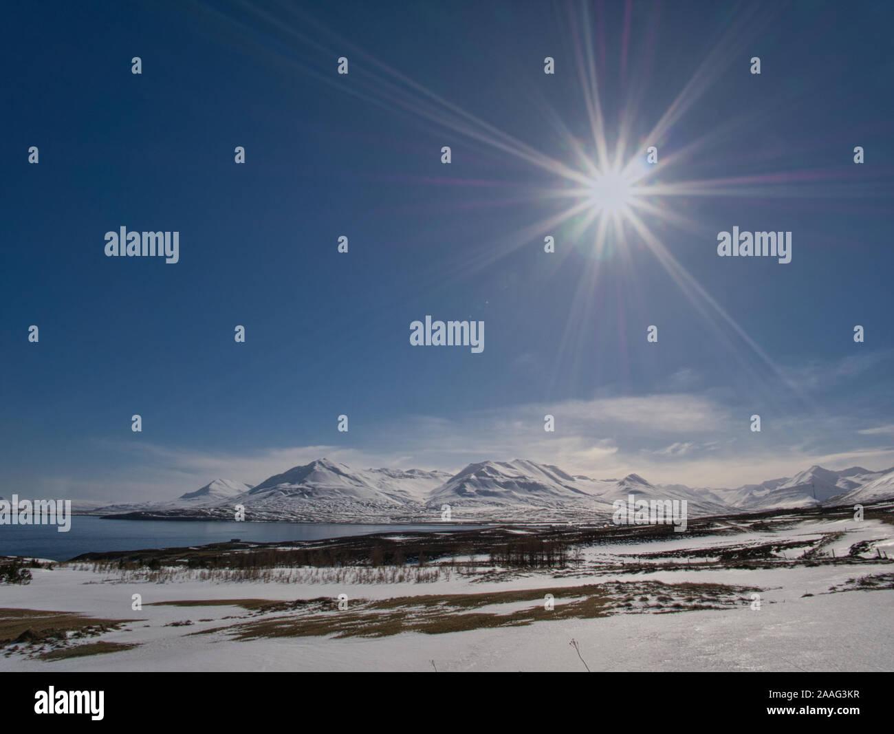 Bajo el sol en Islandia con un hermoso paisaje nevado Foto de stock