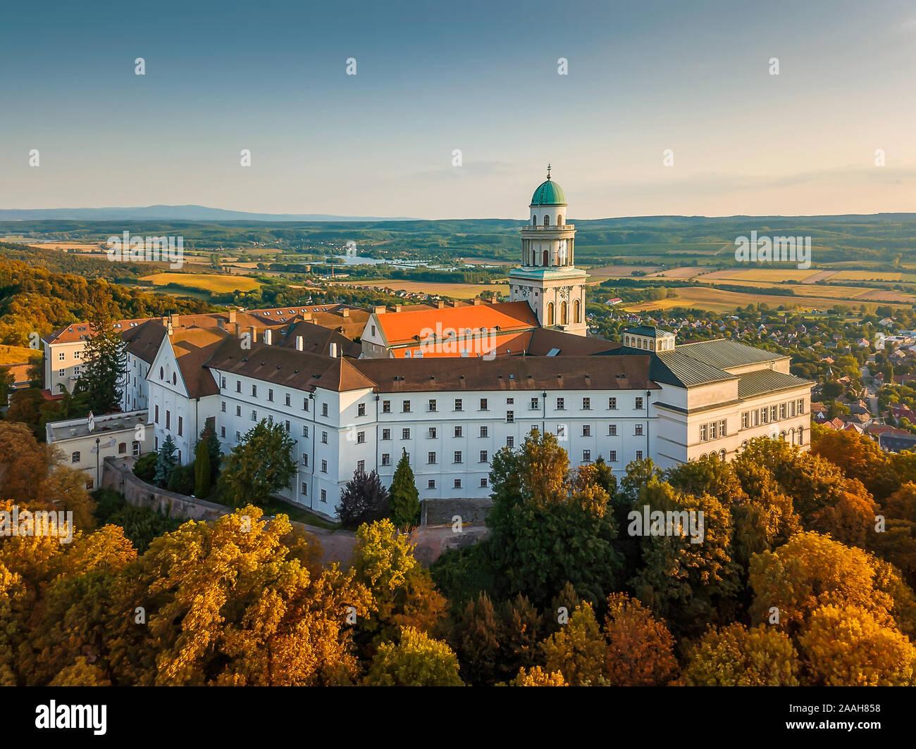 Fantástica foto de Pannonhalama arieal abadía benedictina en Hungría. Impresionante edificio histórico con una hermosa iglesia y biblioteca. Turísticos Populares Foto de stock