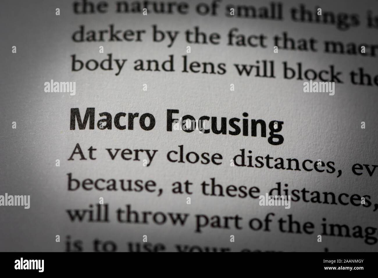 Macro Fotografía de palabras 'macro' centrada en la página en blanco de un libro sobre la fotografía con una pequeña viñeta aplicado. Foto de stock
