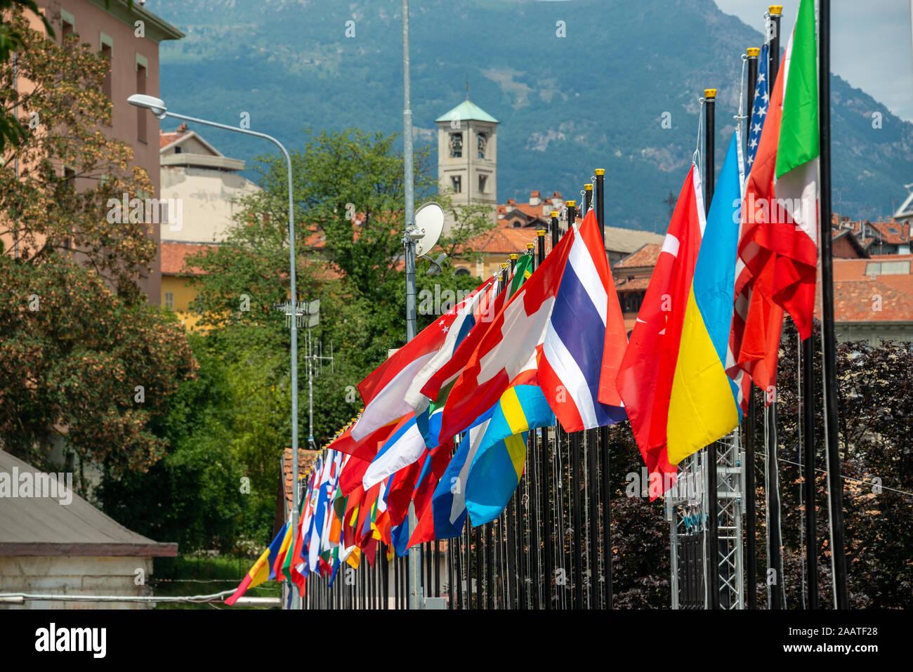 Una fila de banderas internacionales sopla la brisa en una prueba del campeonato del mundo Foto de stock