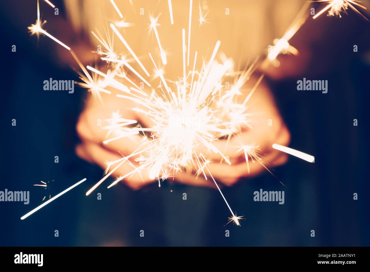 Cerrar la mano mujer sosteniendo estrellitas en Night party y fiesta de Navidad. Foto de stock
