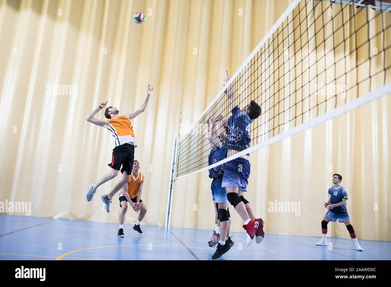 Hombre saltar durante una coincidencia de voleibol Foto de stock