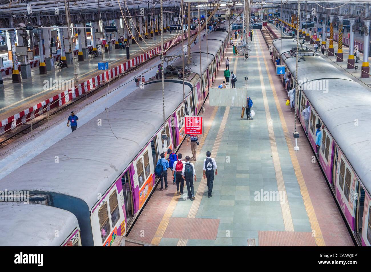 El ferrocarril suburbano en Mumbai India Foto de stock