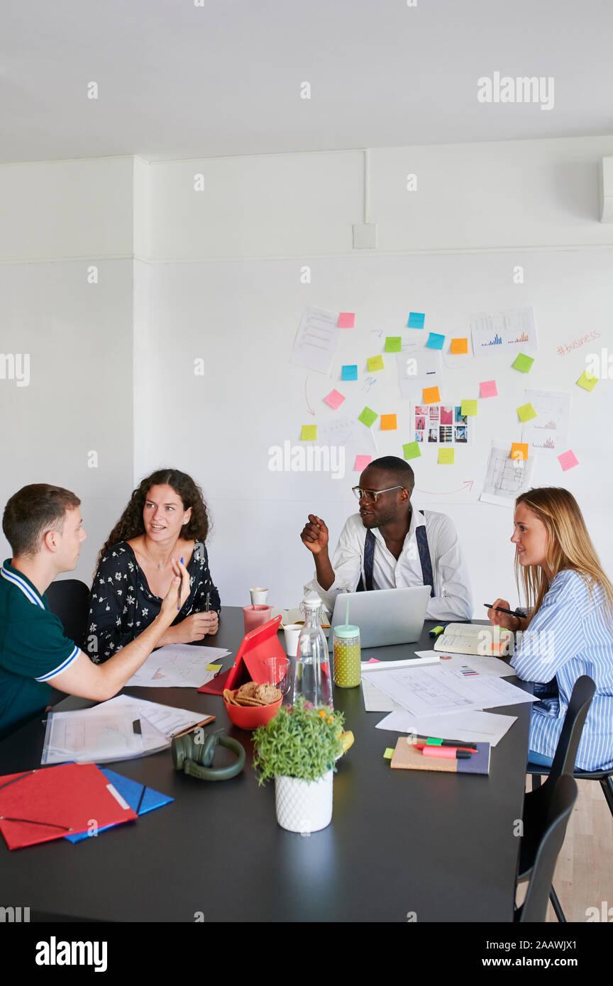 Jóvenes empresarios tener una reunión en una oficina moderna Foto de stock