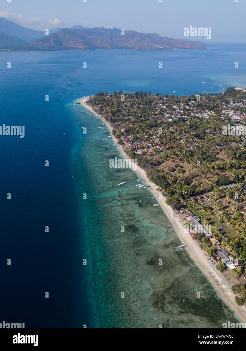 Vista aérea de la isla Gili-Air con antecedentes en la isla de Lombok, en Bali, Indonesia Foto de stock