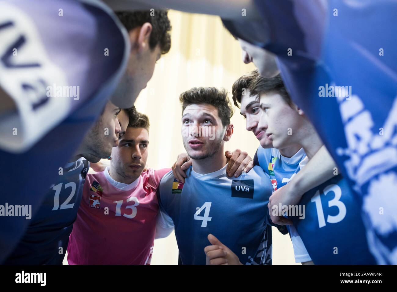 Equipo de voleibol preparando la estrategia de juego antes de una coincidencia de voleibol Foto de stock