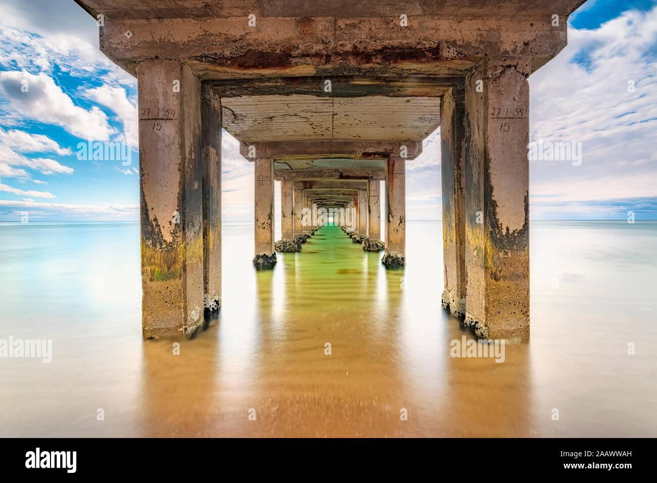 Dromana Pier por mar contra el cielo, Victoria, Australia Foto de stock