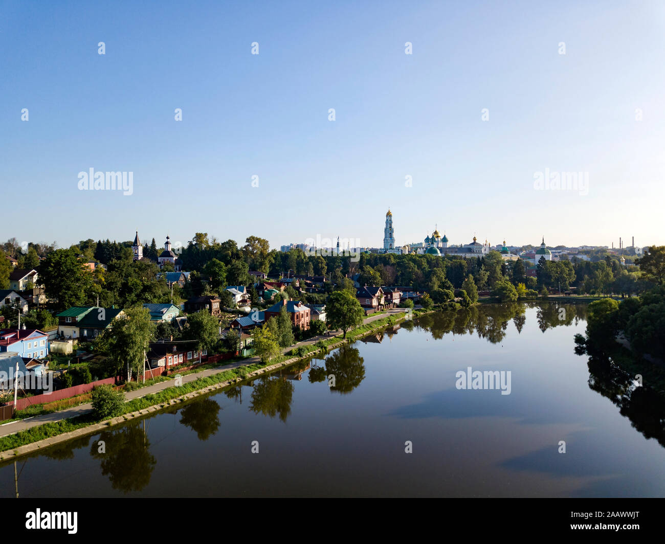 Un alto ángulo de visualización del río contra el cielo claro en la ciudad de Moscú, Rusia Foto de stock