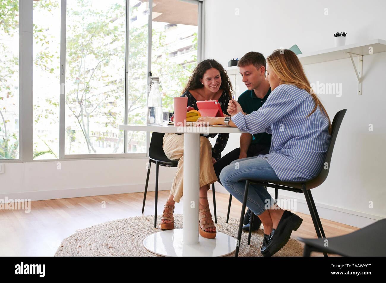 Jóvenes empresarios tener una reunión informal en la oficina Foto de stock