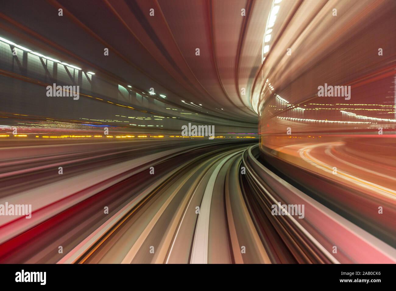 Un color rojo púrpura de alta velocidad abstracta movimiento curvo hacia el futuro , justo a la vuelta de la esquina, el concepto. Foto de stock