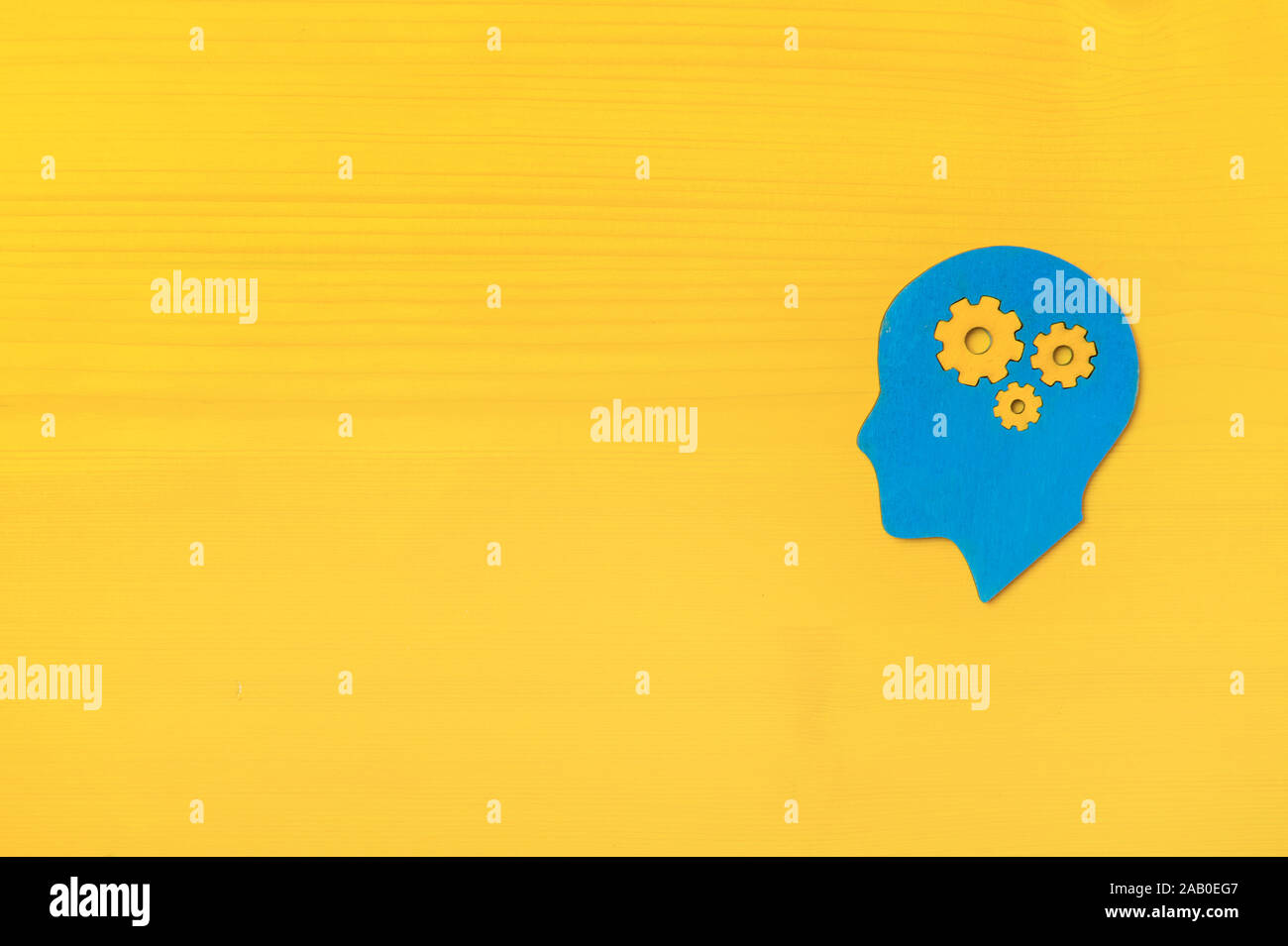Cerebro trabaja de concepto. Las ideas, la creatividad concepto de la cabeza humana con engranajes sobre fondo amarillo Foto de stock