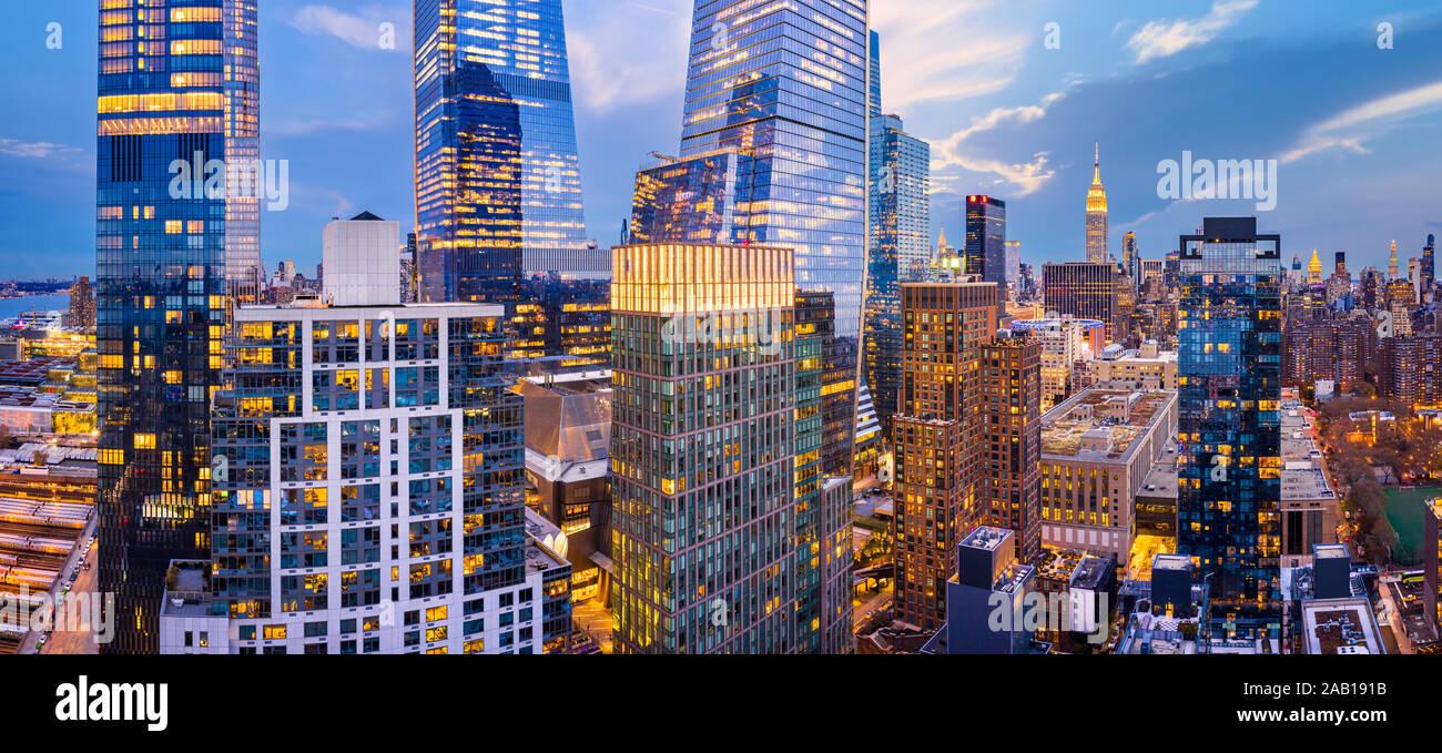 Panorámica aérea de la ciudad de Nueva York rascacielos al atardecer Foto de stock