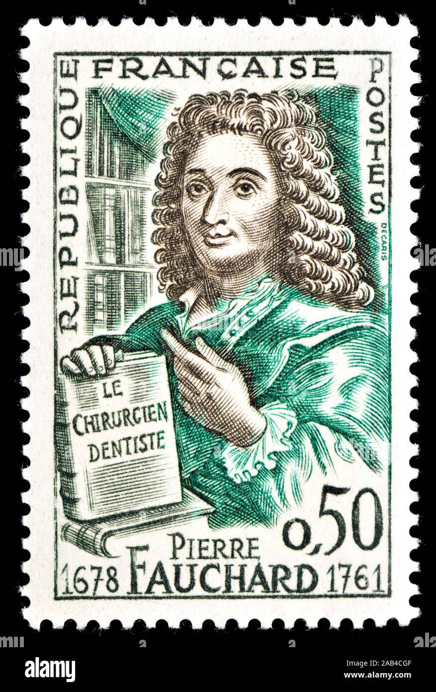 """Sello francés (1961) : Pierre Fauchard (1678-1761), médico francés, reconocido como el """"padre de la odontología moderna"""" Foto de stock"""
