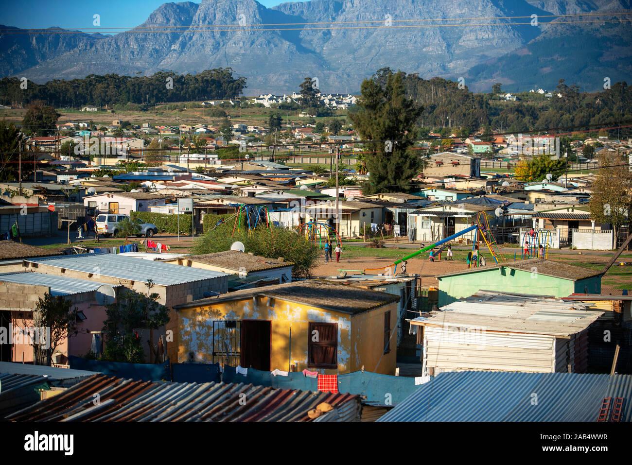 Barrio de chabolas cerca de Ciudad del Cabo en Sudáfrica el lujoso tren Rovos yendo de Pretoria a Ciudad del Cabo. Foto de stock