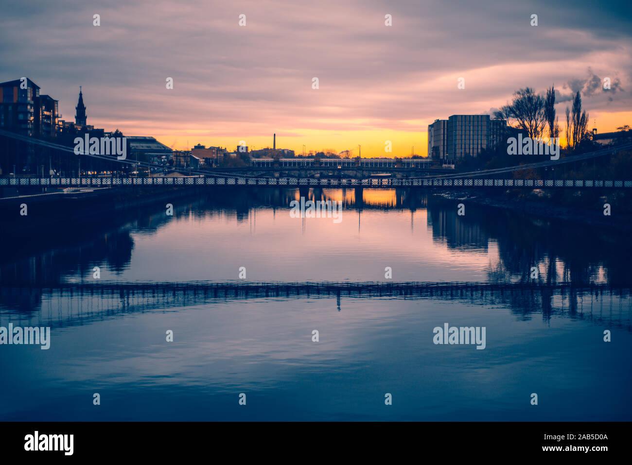Puentes sobre el río Clyde en Glasgow, Escocia, en una mañana de invierno Foto de stock
