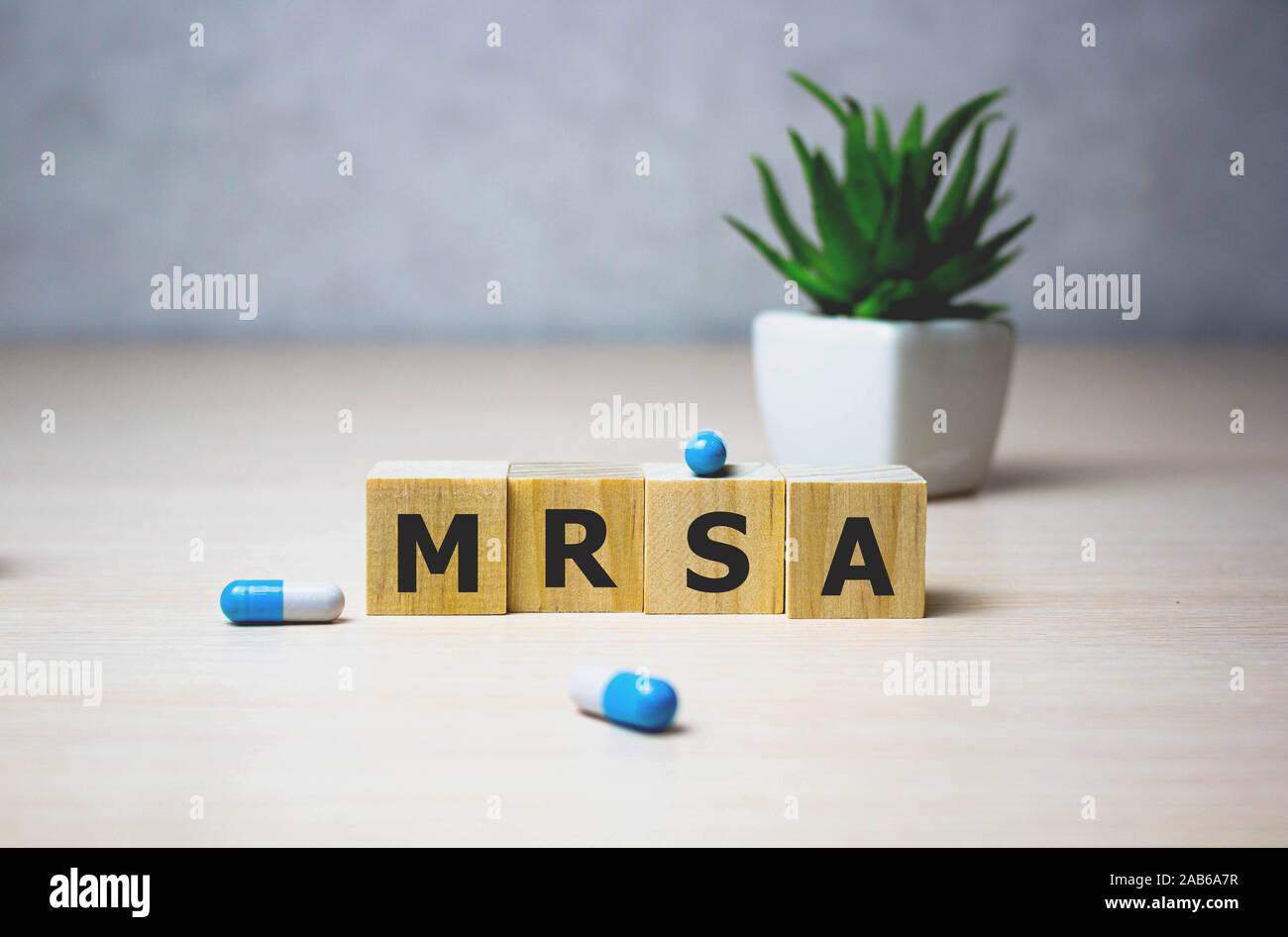 Wodden cubos con palabras MRSA Staphylococcus aureus meticilina-resistente. Concepto médico Foto de stock