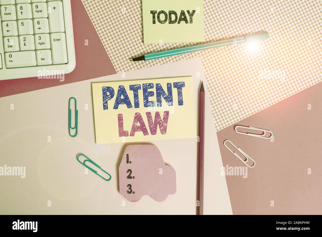 Escribir nota que muestra el Derecho de Patentes. Concepto de negocio para ofertas con un inventor s tiene derecho exclusivo a utilizar su propio invento escrito equipos y equipo Foto de stock