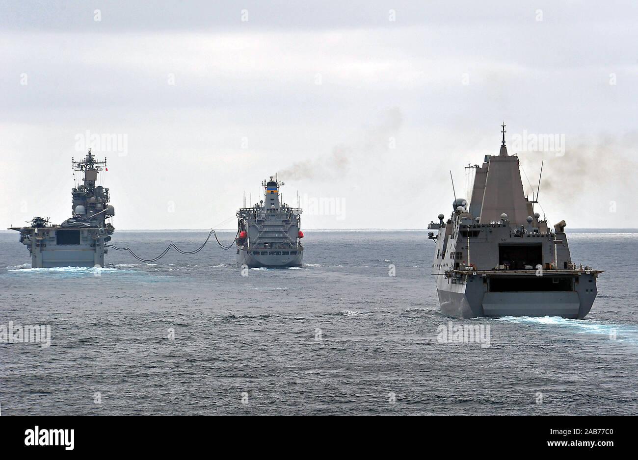 Océano Pacífico (Ago. 23, 2012) El muelle de transporte anfibio buque USS Green Bay (LPD 20) se prepara para recibir el combustible del Transporte Marítimo Militar comando lubricador de reposición de flota USNS Henry J. Kaiser (T-AO 187) como combustibles buque de asalto anfibio USS Peleliu (LHA 5). Green Bay es parte de Peleliu Amphibious Ready Group y está en marcha la realización de ejercicio de certificación con Peleliu y la base de aterrizaje anfibio buque USS Rushmore (LSD 47). Foto de stock