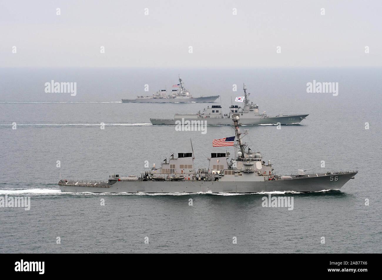 (17 de marzo de 2013) La clase Arleigh Burke de misiles guiados destructor USS John S. McCain (DDG 56), delantero, la Armada de la República de Corea destructor de clase Aegis ROKS Seoae-Yu-Seong-Ryong (DDG 993), media y de la clase Arleigh Burke de misiles guiados destructor USS McCampbell (DDG 85) se mueven hacia la formación durante el ejercicio Foal Eagle 2013. Foto de stock