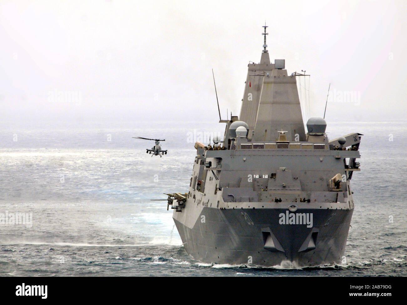 (Julio 21, 2012) Un AH-1Z Viper helicóptero asignado a la 'Purple zorros' del medio marino escuadrón de helicópteros 364 (reforzado), se aproxima al dock buque anfibio de transporte USS Green Bay (LPD 20) durante un ejercicio de adiestramiento de la unidad compuesta (COMPTUEX). Foto de stock