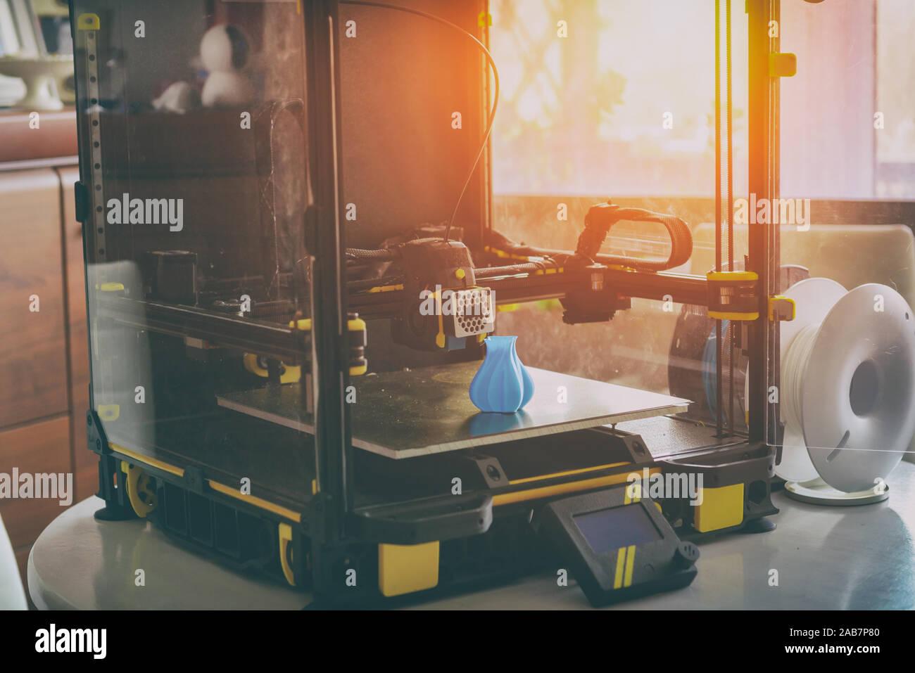 Impresora 3d moderno con tres dimentional impreso modelo de jarrón en casa, cerca de carrete de filamento Foto de stock