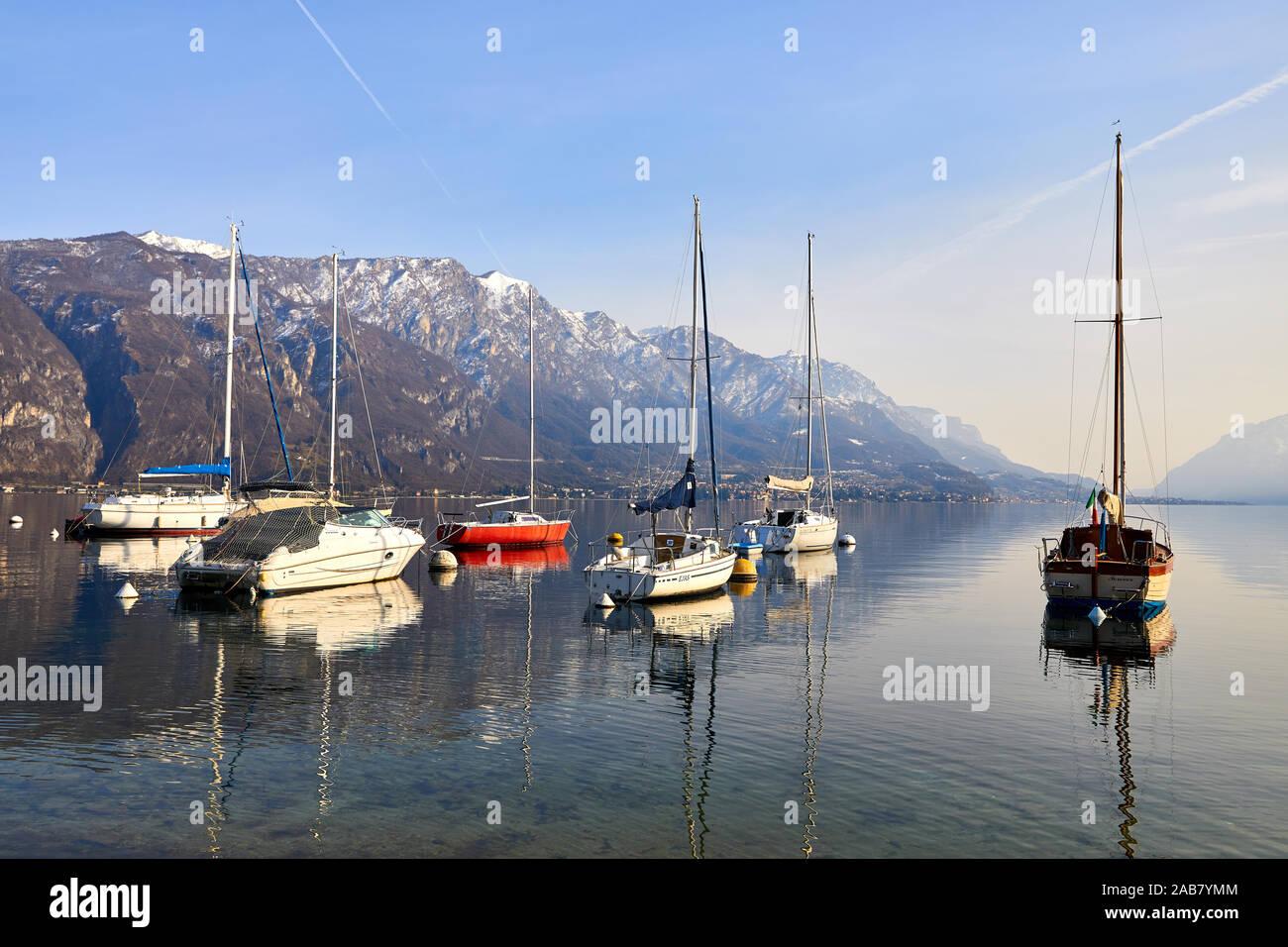 Los barcos de vela en el puerto de Borgo di Pescallo en Bellagio, Lago de Como, Lombardía, Lagos Italianos, Italia, Europa Foto de stock