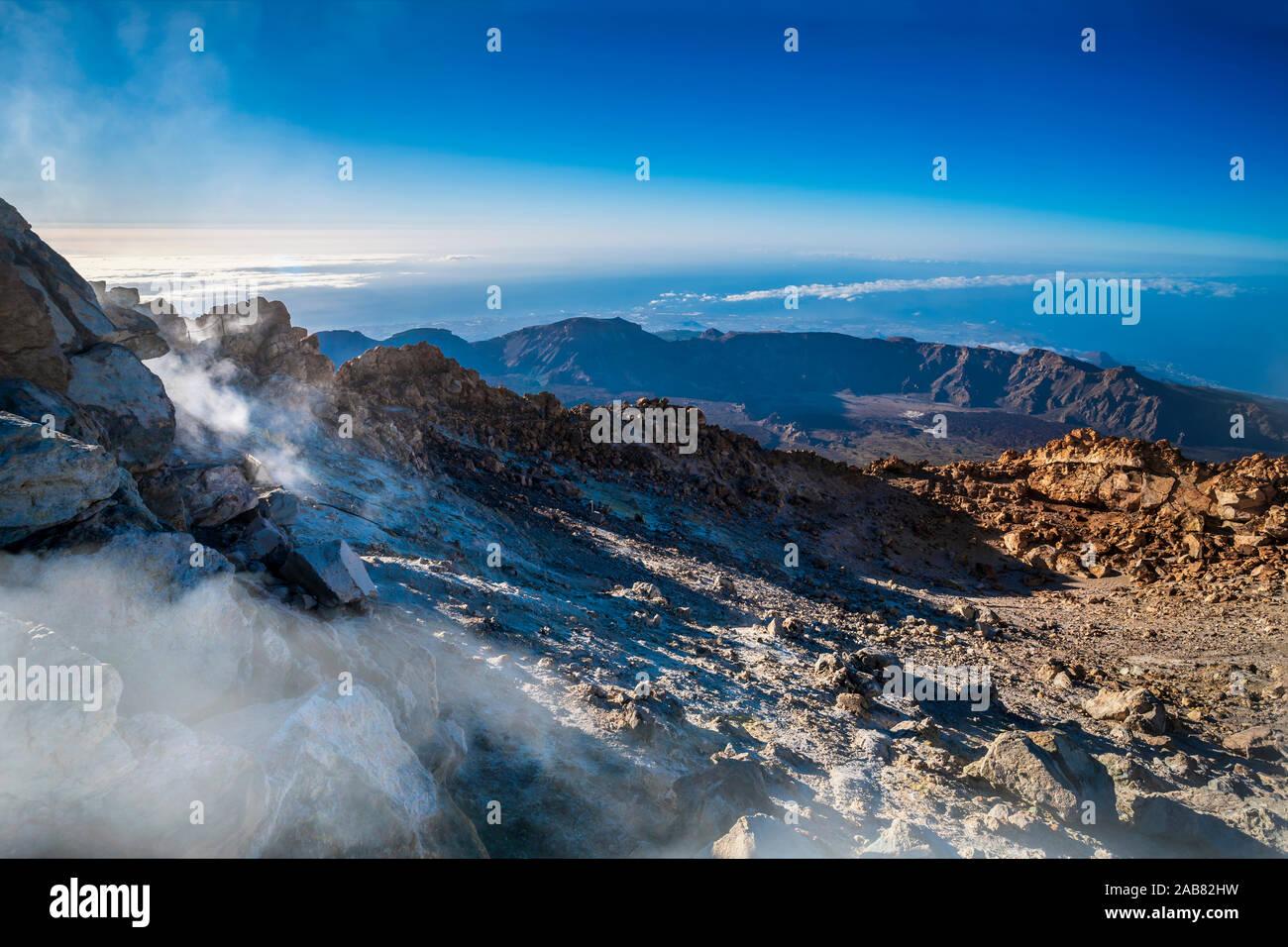 Vista desde la parte superior del volcán el Teide en el Parque Nacional en las primeras horas de la mañana, Mundial de la UNESCO Sitio Heritatge, Tenerife, Islas Canarias, España, el Atlántico Foto de stock