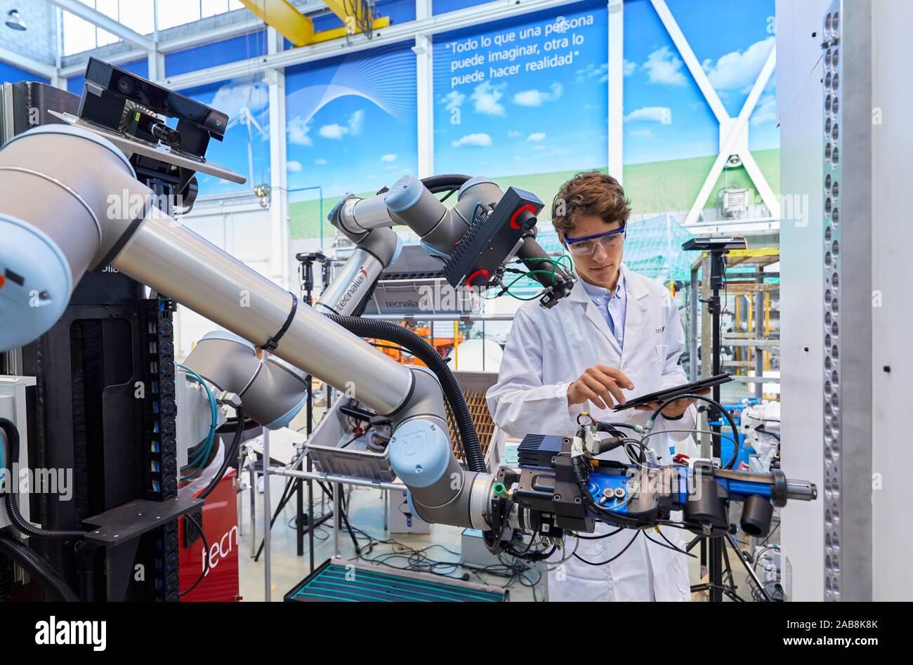Uso de la Robótica flexible en procesos de fabricación industrial, robot móvil, unidad de fabricación avanzada, Centro Tecnológico, Tecnalia Research & Foto de stock