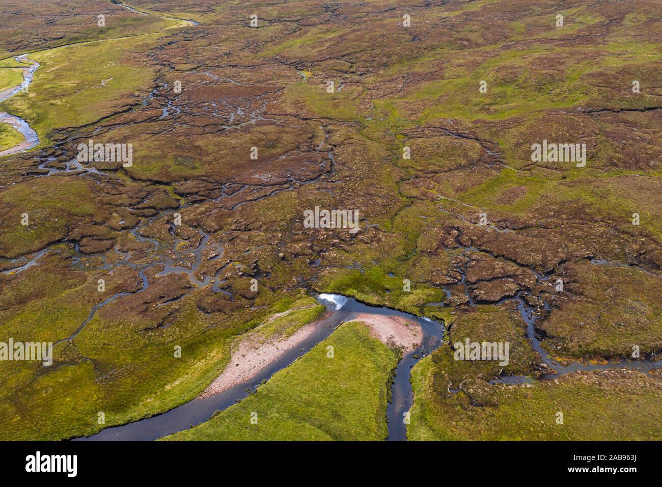 Top down drone disparar la captura de rica textura de humedales cerca Feinmore en el noroeste Highlands en Escocia - NC500 Ruta Foto de stock