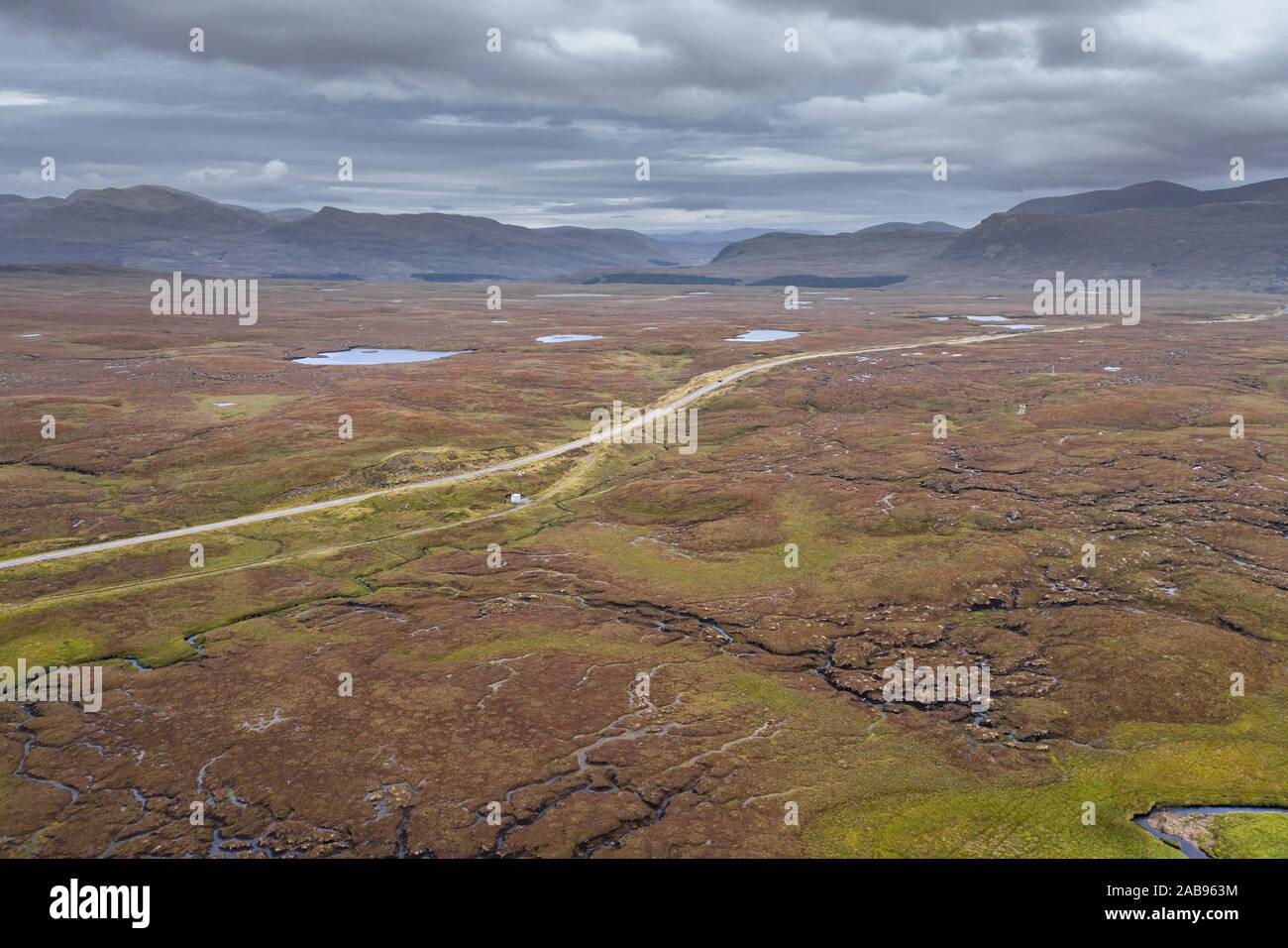 Vista aérea sobre humedales escénico a través de una carretera cerca de832 Fairmore en el noroeste Highlands de Escocia - NC500 Ruta Foto de stock