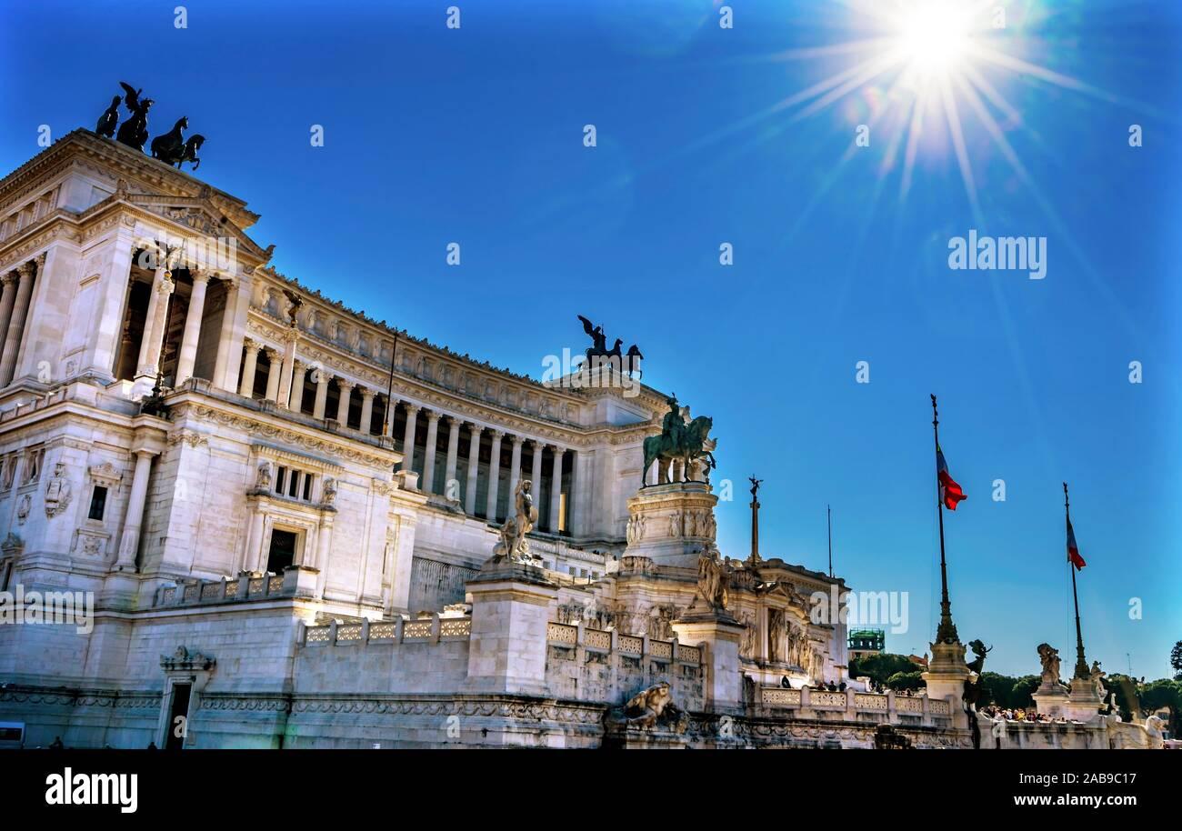 Rayos de sol Victor Emanuele monumento tumba Soldado Desconocido Roma Italia. Monumento creado en 1911 por el primer rey de Italia unida. Foto de stock