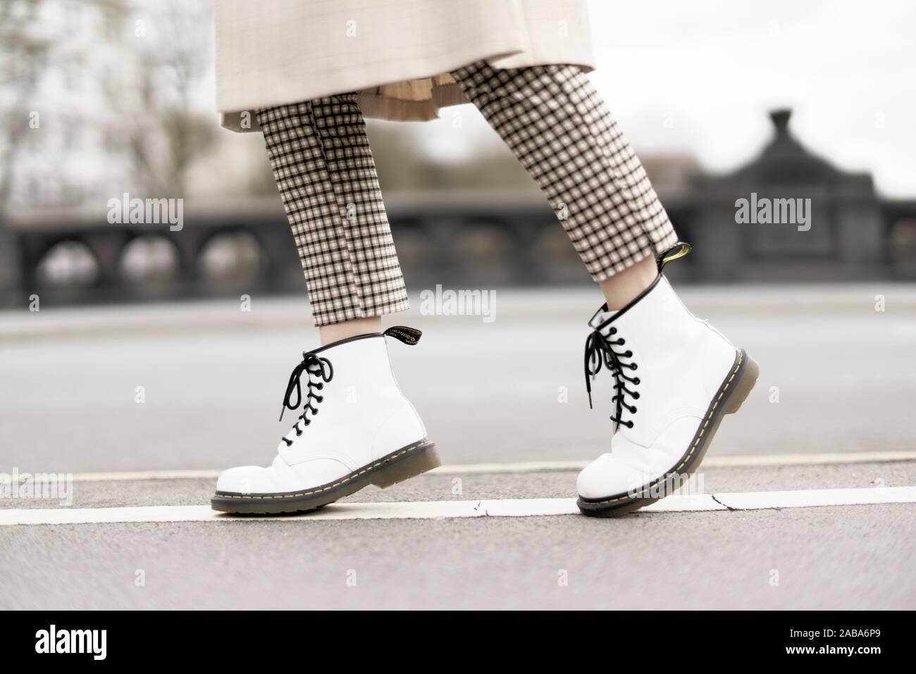 Los pies de la mujer joven, Berlín, Alemania. Foto de stock