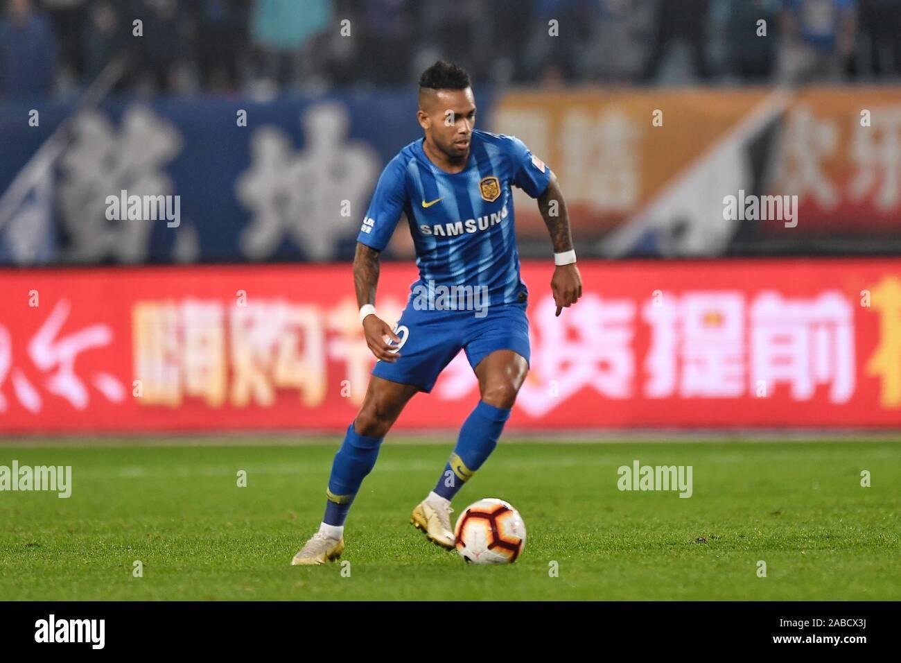 Jugador de fútbol brasileño Alex Teixeira de Jiangsu Suning F.C. mantiene el balón durante la 27ª ronda partido de Fútbol Asociación China Super League Foto de stock