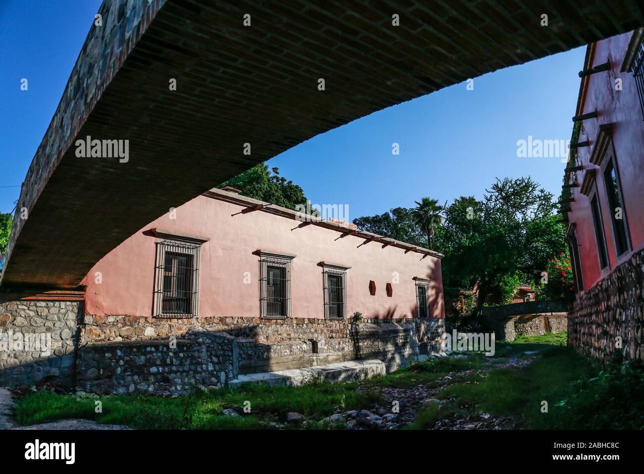 La Hacienda de Los Santos. Puente de piedra en un arroyo que cruza Álamos, Sonora, México, un lugar mágico y ciudad colonial. Este mexicano era conocido como villa real de Los Alamos o Los Frayles. La ciudad de los portales. sombras, conducción, viajes, turismo, arquitectura, destino turístico en el exterior. © (© Foto: NortePhoto.com) LuisGutierrez / puente de piedra en el arroyo que cruza por álamos, Sonora, México, pueblo mágico y colonial. Esta villa mexicana fue conocido como Real de Los Álamos o de los Frayles. La Ciudad de los Portales. sombras, manececer, viaje, turismo, arquitectura, destino turístico en el exterior. © Foto de stock