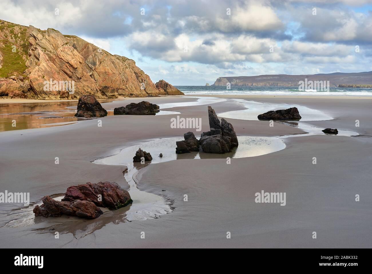 Las piscinas de rocas en la playa de Traigh Chailgeag Alt, cerca de Durness, Sutherland, Highland, Escocia Foto de stock