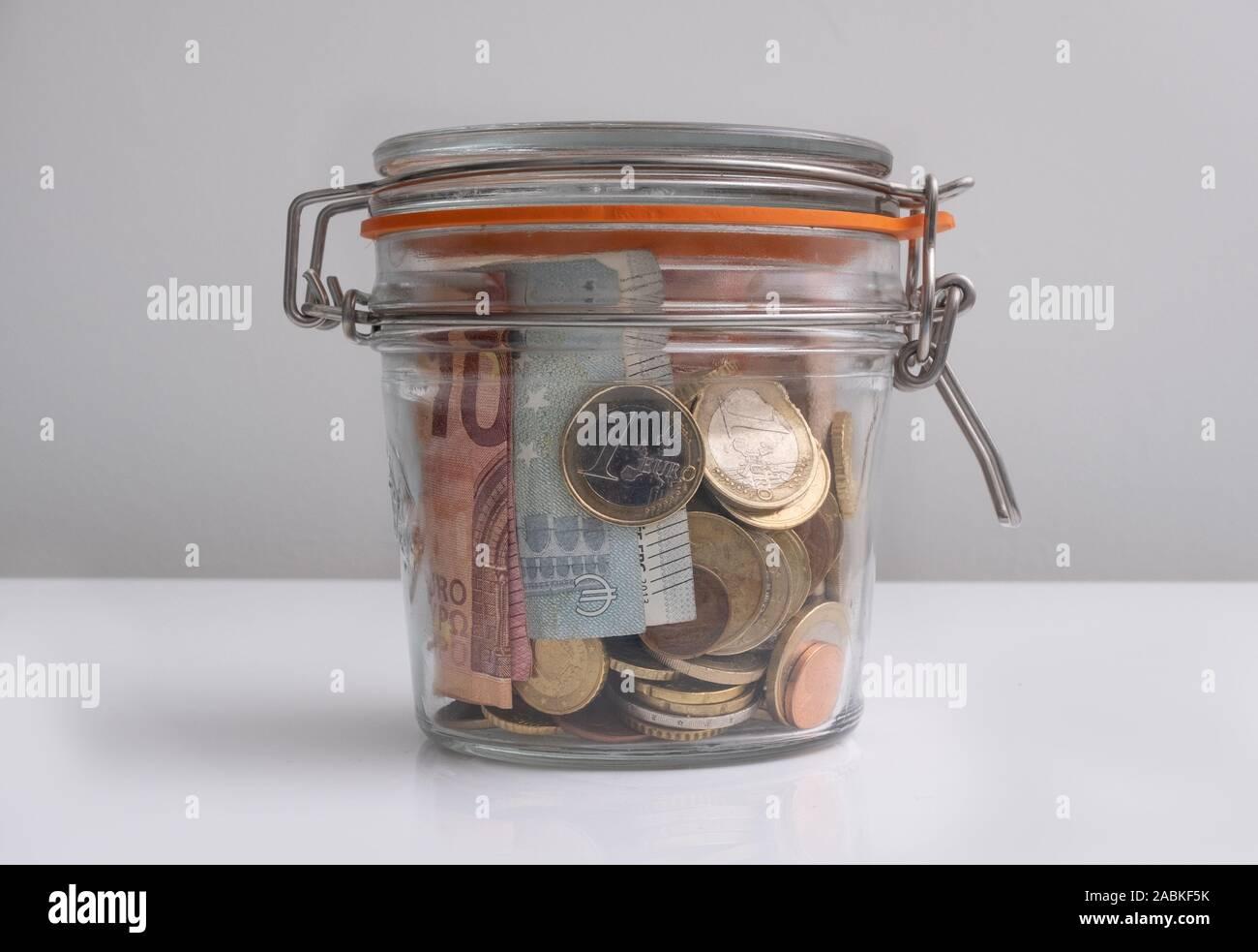Jarra sellada de euro dinero, monedas y billetes, concepto de ahorro Foto de stock