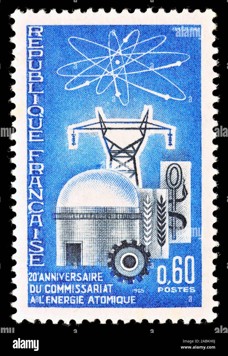 Sello francés (1965) : 20º aniversario de la Comisión de Energía Atómica Foto de stock