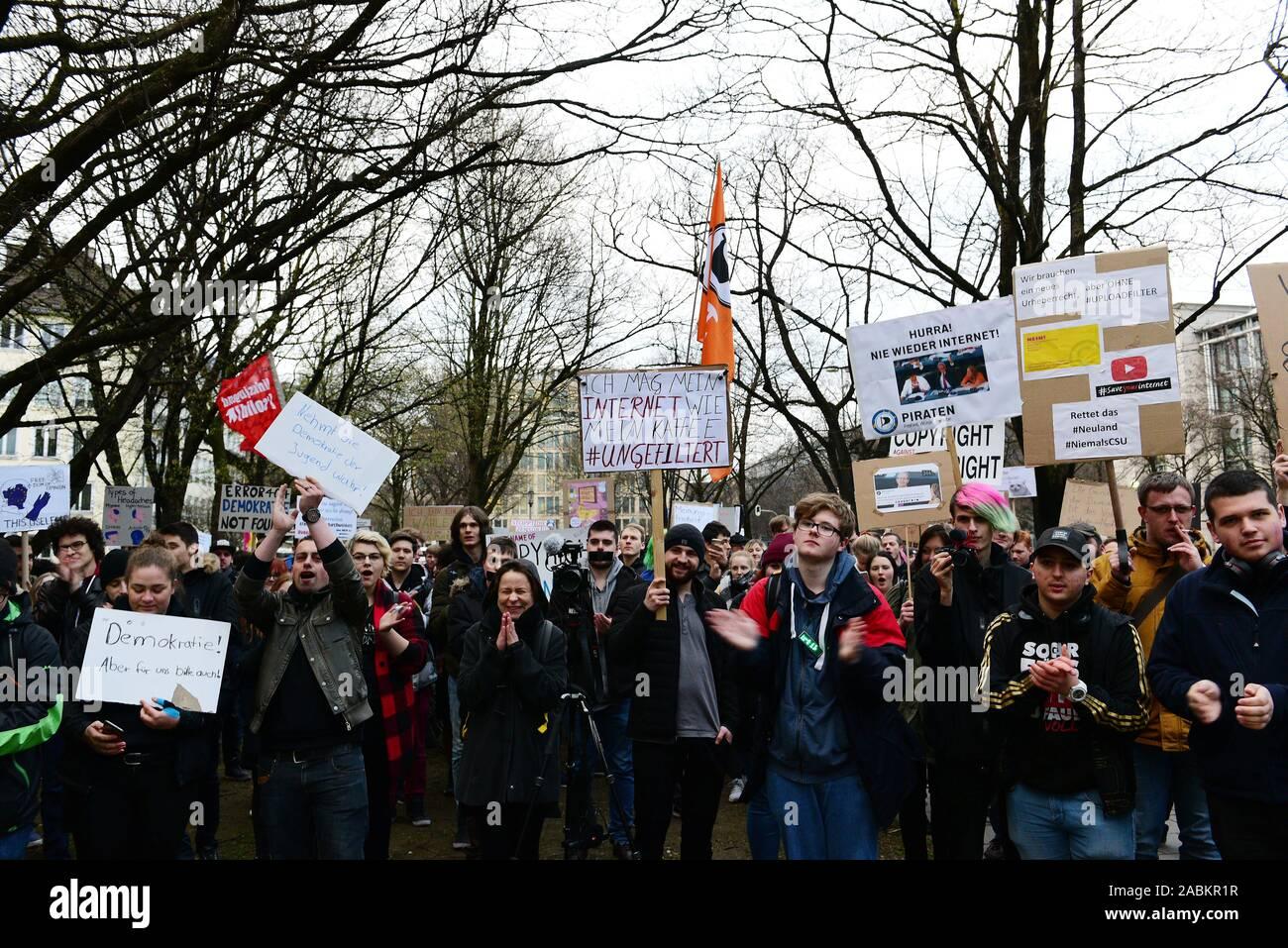 Manifestación contra la reforma acordada de la ley de derechos de autor en la Unión Europea (UE) en frente de la Cancillería del Estado de Baviera en Múnich. [Traducción automática] Foto de stock