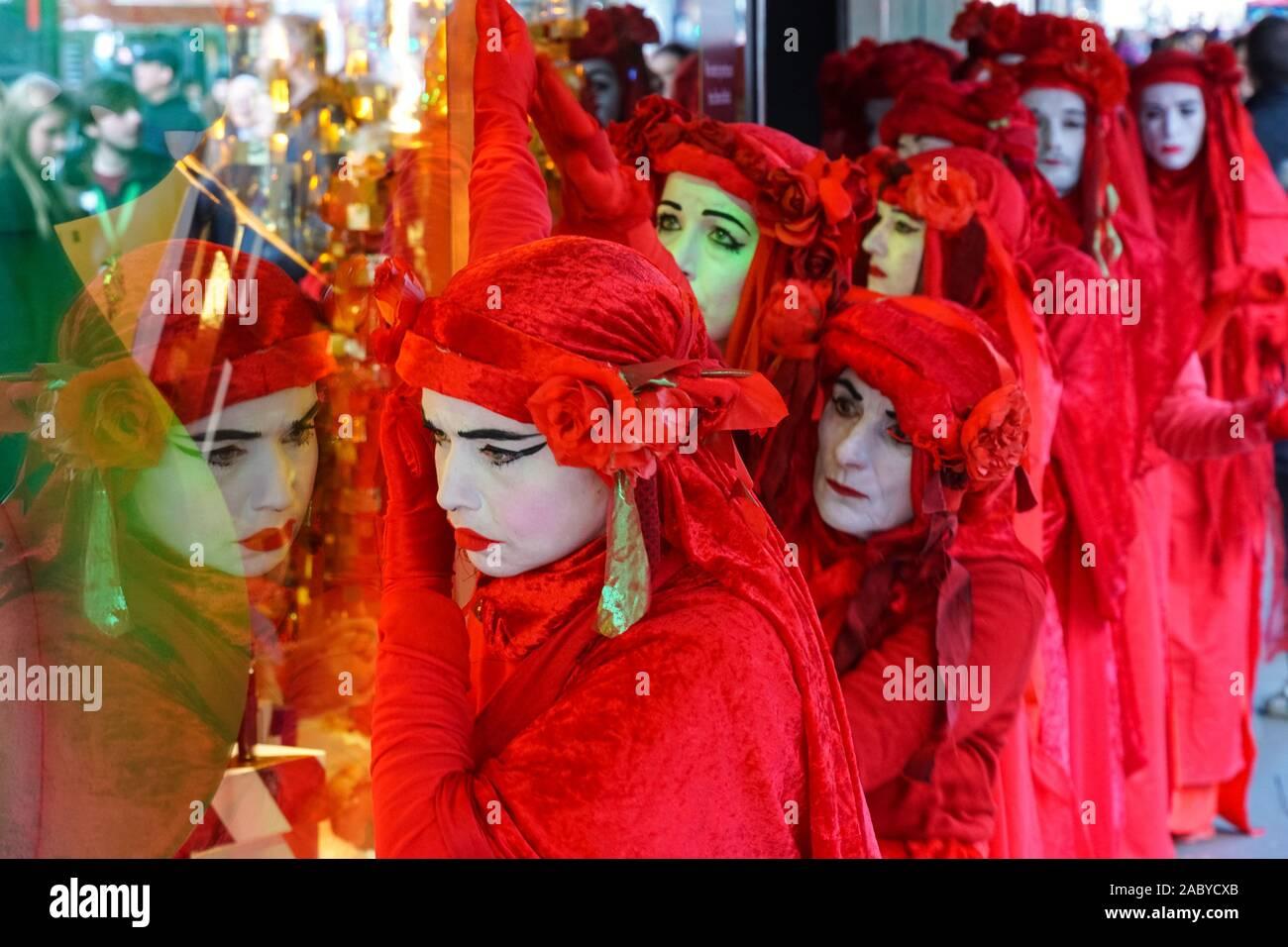 La Rebelión de extinción de la Brigada Roja protestando el Viernes Negro en Oxford Street en Londres, Inglaterra, Reino Unido, Reino Unido Foto de stock