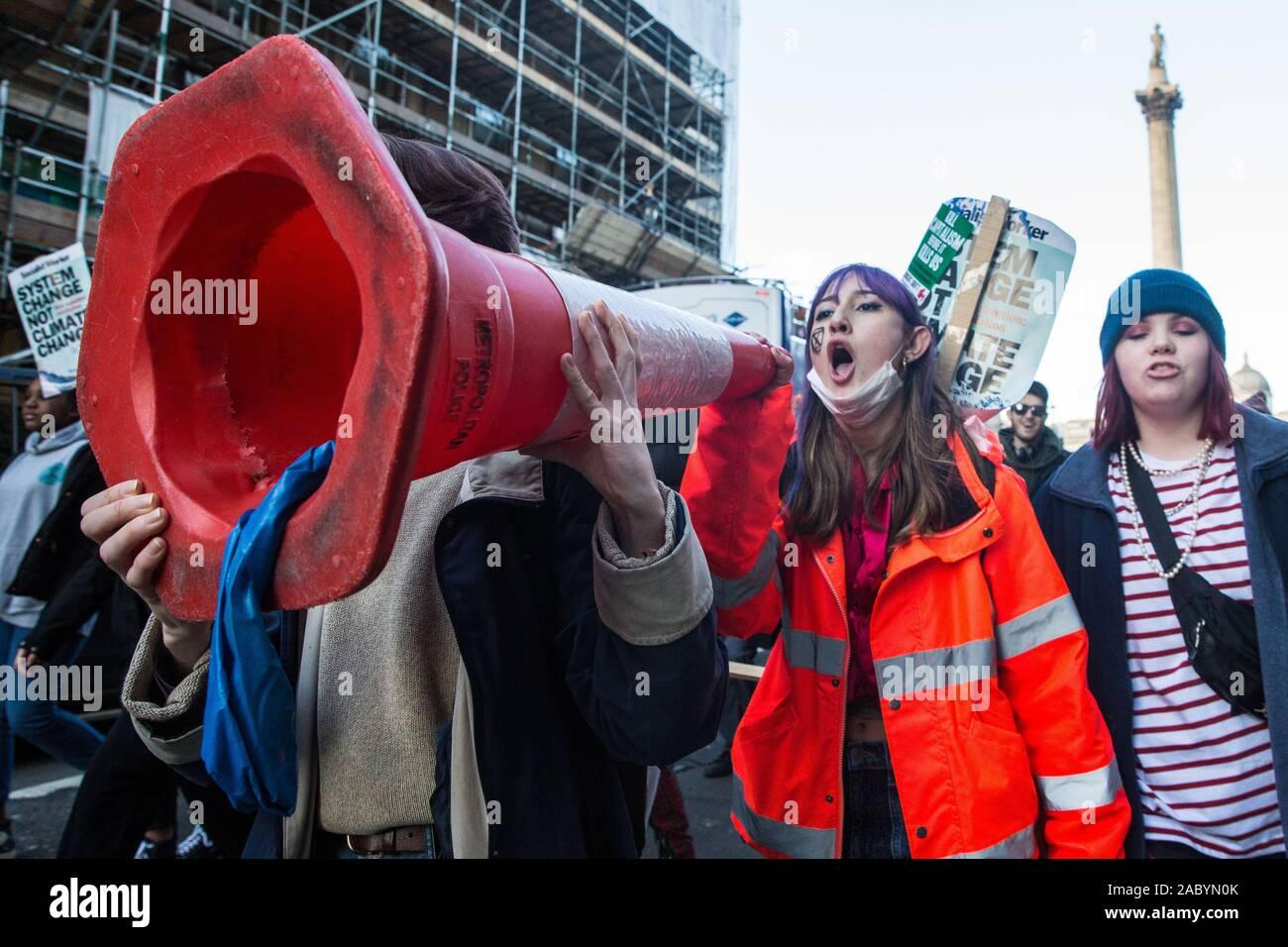 Londres, Reino Unido. El 29 de noviembre, 2019. Los niños en edad escolar y los estudiantes participan en la huelga de la Juventud organizado por el Clima Clima estudiante británico Red (UKSCN) como parte del viernes para el futuro Clima Mundial huelga convocada por Greta Thunberg en la cara de la inacción de los gobiernos del mundo para combatir la emergencia climática. UKSCN apuntan a incrementar el perfil de la emergencia climática para la campaña electoral en el Reino Unido, pero también para aplicar presión sobre la Conferencia de la ONU sobre cambio climático COP25 en Madrid. Crédito: Mark Kerrison/Alamy Live News Foto de stock