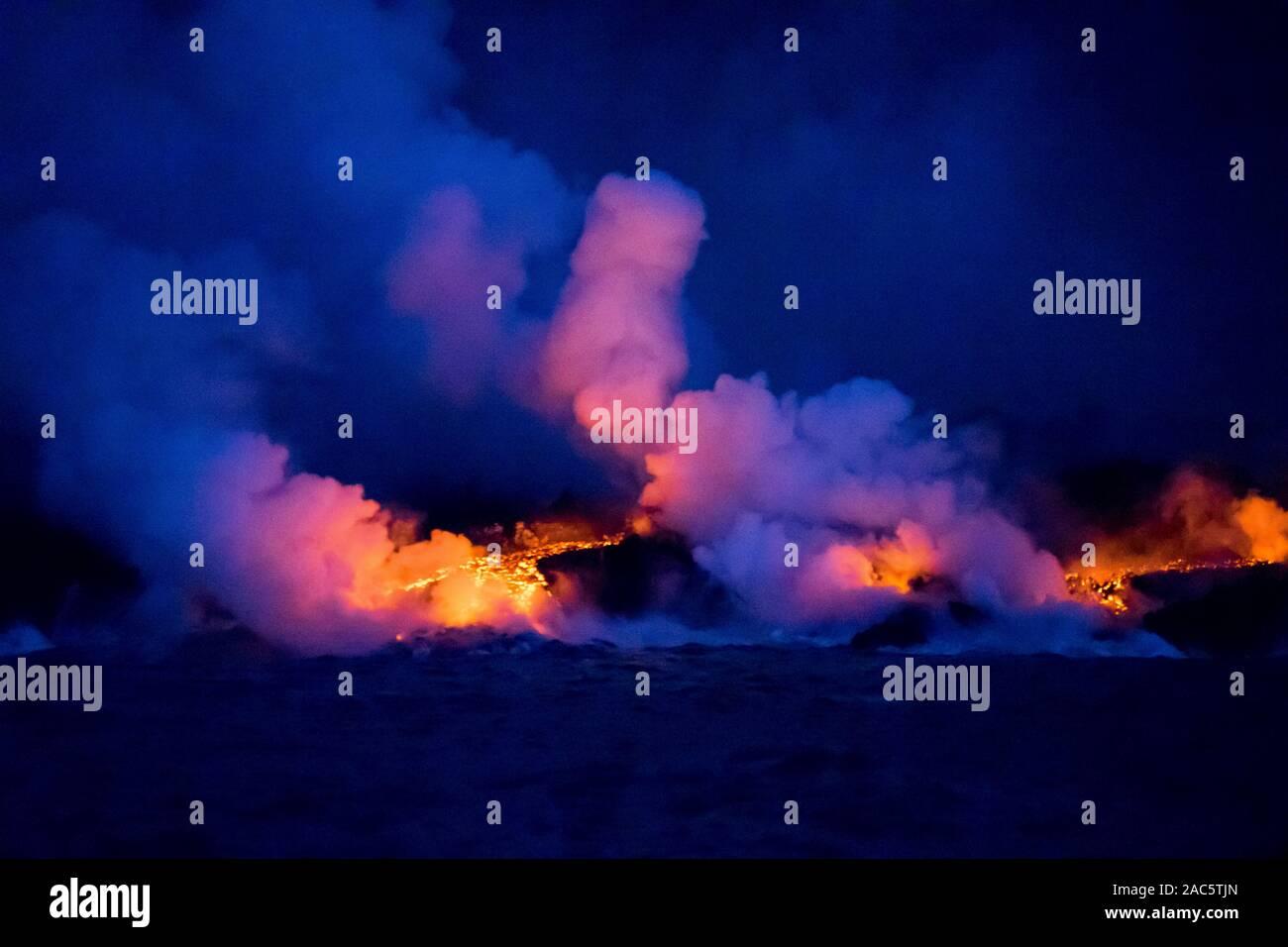 Agosto 2018: lava del volcán Kilauea fisura del 8 fluye hacia el océano frente a la costa de la Puna de la Isla Grande de Hawai'i. Esta imagen fue tomada un Foto de stock