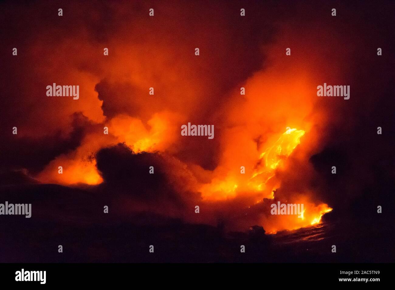 Lava del volcán Kilauea que desemboca en el mar cerca de Kalapana en la Isla Grande de Hawai'i. La Diosa Pele dice muchas historias a través de estos beauté Foto de stock