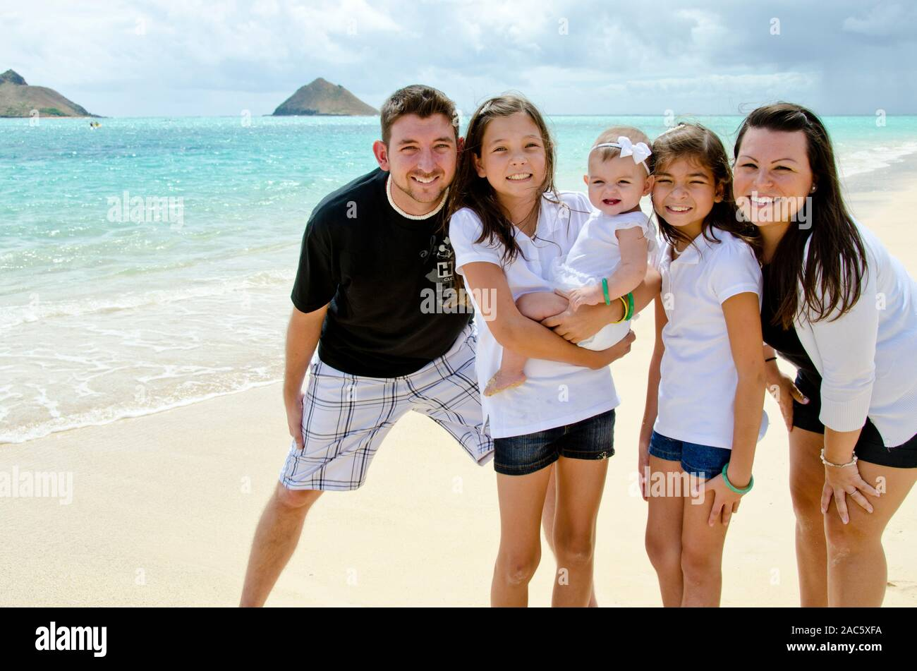 Jason y Alyssa y hay tres adorables chicas, Leilani, Ke'alohi y Emma en Lanikai beach, Oahu Foto de stock
