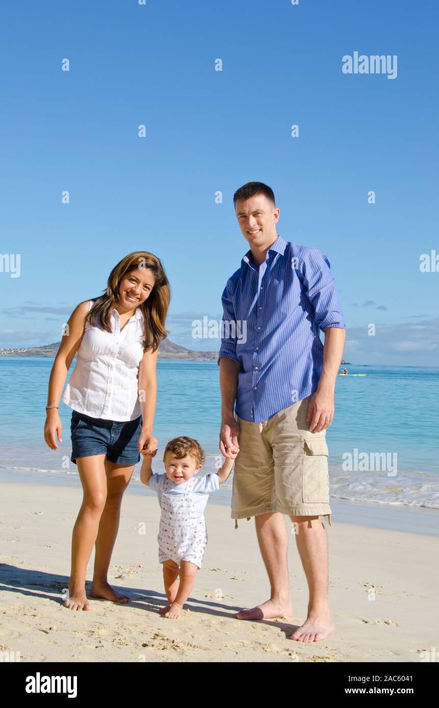 Retrato de los padres y el hijo en la playa de Kailua, O'ahu Foto de stock
