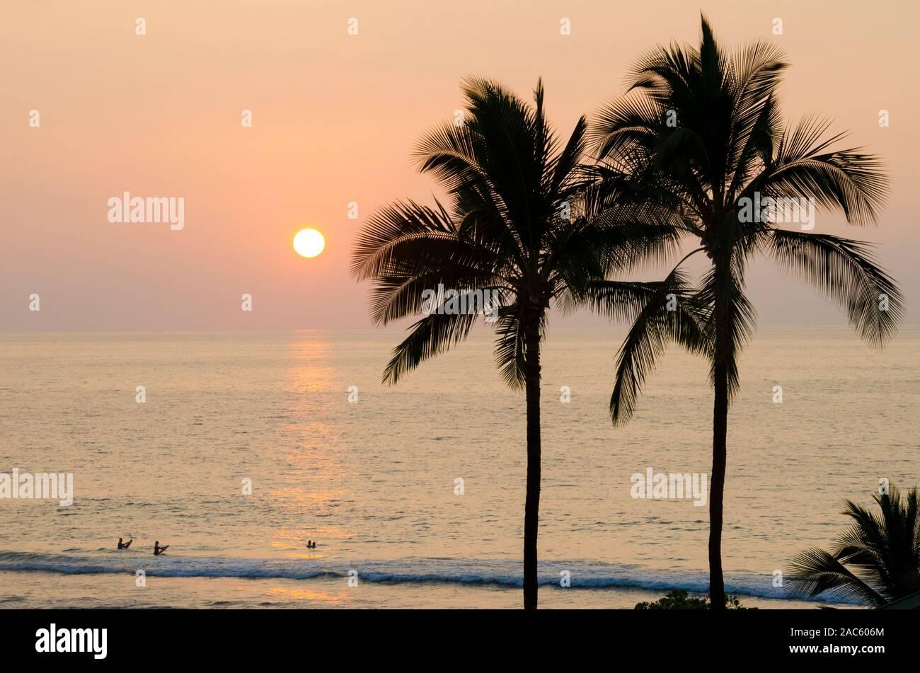 La gente disfruta del mar y del sol en Hapuna Beach, Isla de Hawai'i (Isla Grande). Foto de stock