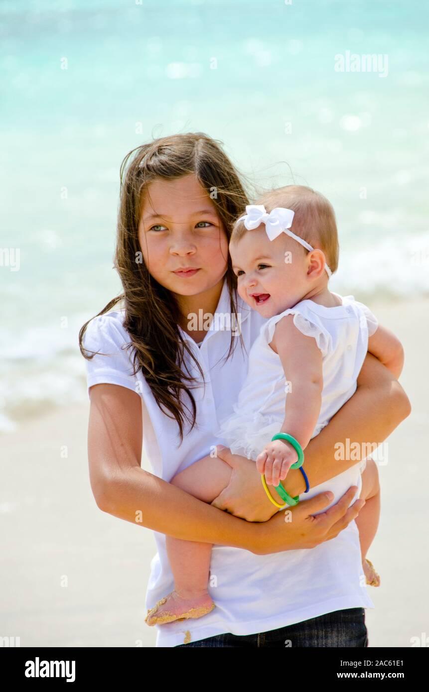 Leilani celebración hermanita Emma en la playa. Foto de stock
