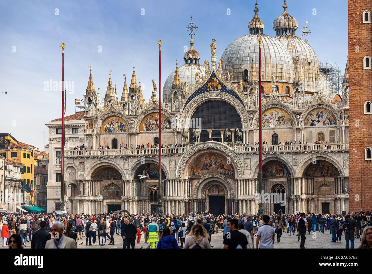 Piazza San Marco abarrotado de turistas en un día soleado, con la basílica y la Catedral (St. El evangelista san Marcos), Veneto, Italia, Europa Foto de stock